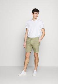 120% Lino - Shorts - olive - 1