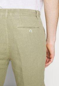 120% Lino - Shorts - olive - 5