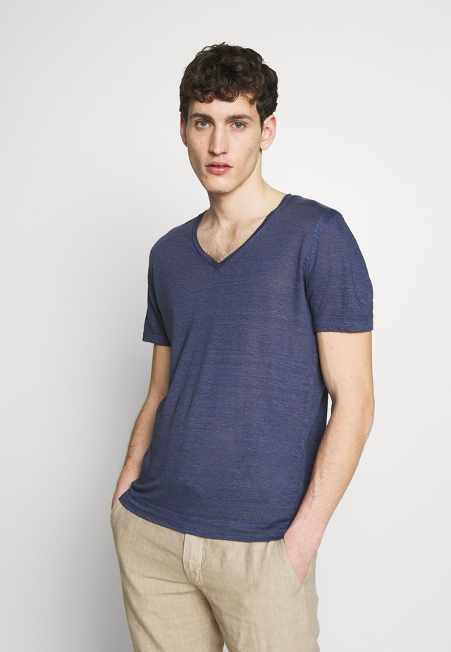 V NECK - Basic T-shirt - dark blue fade