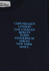 Lil'Boo - CITIES SHORT SLEEVE - Camiseta estampada - navy - 3