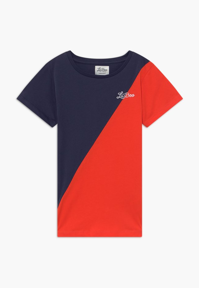 SPLIT - T-shirt z nadrukiem - navy/red