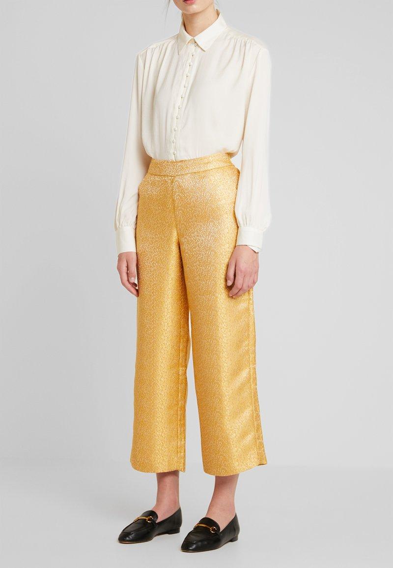 Love Copenhagen - HARPER EVENING TROUSERS - Pantalon classique - golden glow
