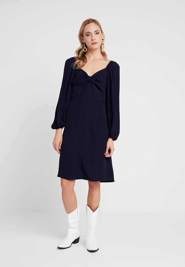 ELLY FEMININE DRESS - Hverdagskjoler - royal navy blue