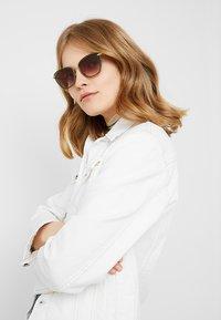 Longchamp - Sluneční brýle - sage - 1