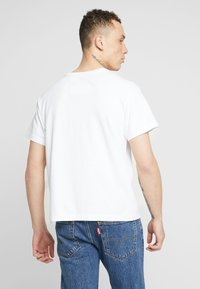 Levi's® Extra - MIGHTY GRAPHIC TEE - T-shirt med print - white - 2