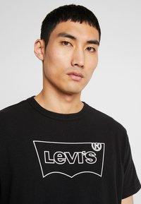 Levi's® Extra - MIGHTY GRAPHIC TEE - Printtipaita - black - 4