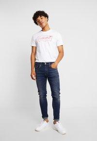 Levi's® Extra - HOUSEMARK GRAPHIC TEE - T-shirt - bas - white - 1
