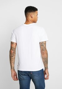 Levi's® Extra - HOUSEMARK GRAPHIC TEE - Camiseta básica - world white - 2