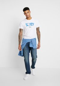 Levi's® Extra - HOUSEMARK GRAPHIC TEE - Camiseta básica - world white - 1