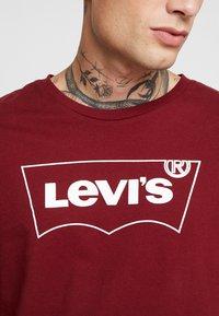 Levi's® Extra - HOUSEMARK GRAPHIC TEE - T-paita - cabernet - 5