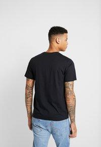 Levi's® Extra - HOUSEMARK GRAPHIC TEE - T-shirt z nadrukiem - mineral black - 2