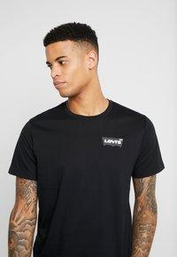 Levi's® Extra - HOUSEMARK GRAPHIC TEE - T-shirt z nadrukiem - mineral black - 4