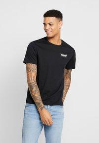 Levi's® Extra - HOUSEMARK GRAPHIC TEE - T-shirt z nadrukiem - mineral black - 0