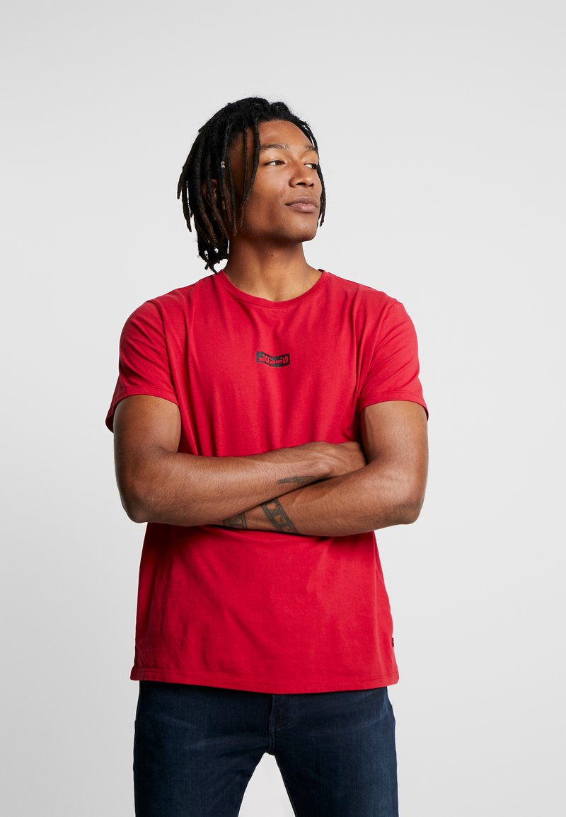 Levi's® Extra - GRAPHIC T-SHIRT 2.0 - Camiseta básica - core crimson