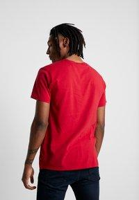 Levi's® Extra - GRAPHIC T-SHIRT 2.0 - Basic T-shirt - core crimson - 2