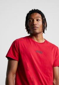 Levi's® Extra - GRAPHIC T-SHIRT 2.0 - Basic T-shirt - core crimson - 4