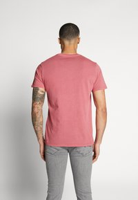 Levi's® - GRAPHIC - T-shirt med print - dye earth red - 2