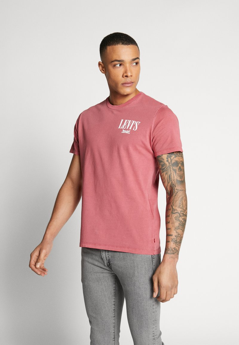 Levi's® - GRAPHIC - T-shirt med print - dye earth red