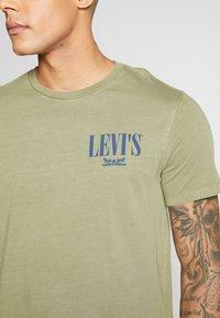 Levi's® - GRAPHIC - Triko spotiskem - olive - 4