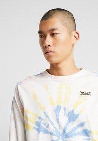 Levi's® - RELAXED GRAPHIC TEE - Långärmad tröja - white tie dye - 4
