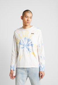 Levi's® - RELAXED GRAPHIC TEE - Långärmad tröja - white tie dye - 0