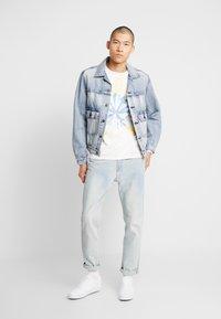 Levi's® - RELAXED GRAPHIC TEE - Långärmad tröja - white tie dye - 1
