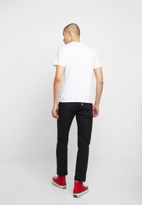Levi's® - 2-HORSE GRAPHIC TEE - Camiseta estampada - white - 2