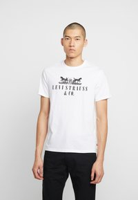 Levi's® - 2-HORSE GRAPHIC TEE - Camiseta estampada - white - 0