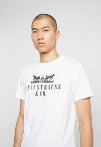 Levi's® - 2-HORSE GRAPHIC TEE - Camiseta estampada - white - 3