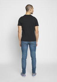 Levi's® - 2-HORSE GRAPHIC TEE - Print T-shirt - black - 2