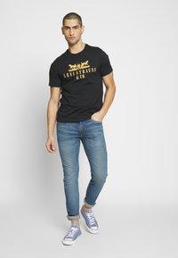 Levi's® - 2-HORSE GRAPHIC TEE - Print T-shirt - black - 1