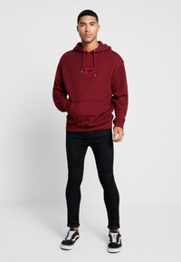 Levi's® Extra - RELAXED GRAPHIC HOODIE - Huppari - babytab tech cabernet - 1