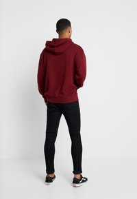 Levi's® Extra - RELAXED GRAPHIC HOODIE - Huppari - babytab tech cabernet - 2