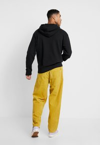 Levi's® Extra - RELAXED GRAPHIC HOODIE - Mikina skapucí - mineral black - 2