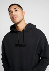 Levi's® Extra - RELAXED GRAPHIC HOODIE - Mikina skapucí - mineral black - 3