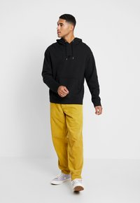 Levi's® Extra - RELAXED GRAPHIC HOODIE - Mikina skapucí - mineral black - 1