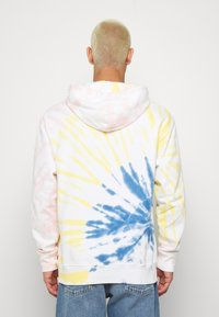 Levi's® - RELAXED GRAPHIC HOODIE - Hoodie - serif tiedye po tiedye - 2