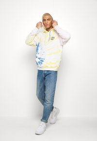 Levi's® - RELAXED GRAPHIC HOODIE - Hoodie - serif tiedye po tiedye - 1