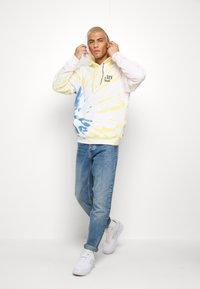 Levi's® - RELAXED GRAPHIC HOODIE - Bluza z kapturem - serif tiedye po tiedye - 1