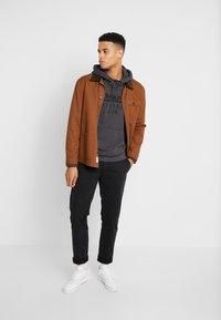 Levi's® - GRAPHIC HOODIE - Jersey con capucha - dark grey - 1