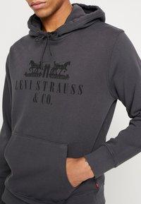 Levi's® - GRAPHIC HOODIE - Jersey con capucha - dark grey - 4