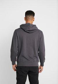 Levi's® - GRAPHIC HOODIE - Jersey con capucha - dark grey - 2