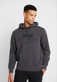Levi's® - GRAPHIC HOODIE - Jersey con capucha - dark grey - 0