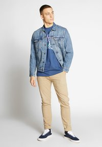 Levi's® - THE TRUCKER JACKET - Giacca di jeans - embossed 2 horse trucker - 1