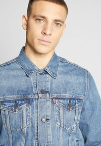 Levi's® - THE TRUCKER JACKET - Giacca di jeans - embossed 2 horse trucker - 3
