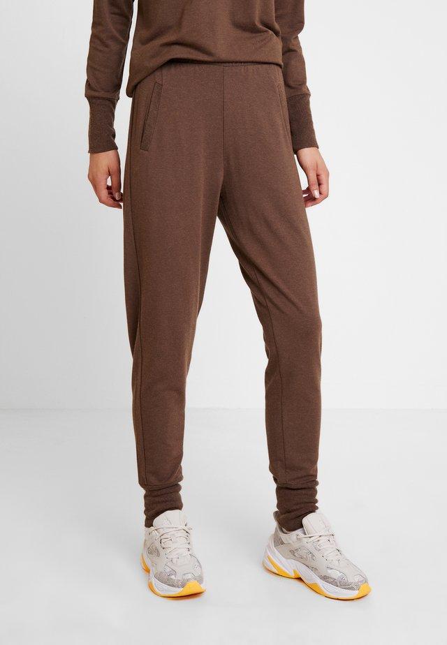 HUXIE PANTS - Verryttelyhousut - major brown
