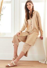 Lounge Nine - LOTTIELN CULOTTE - Spodnie materiałowe - desert - 3