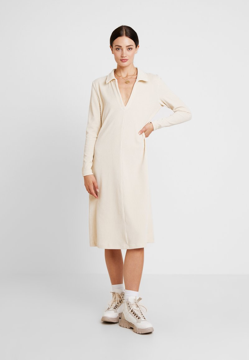 Lounge Nine - LILLIAN DRESS - Strikket kjole - warm off white