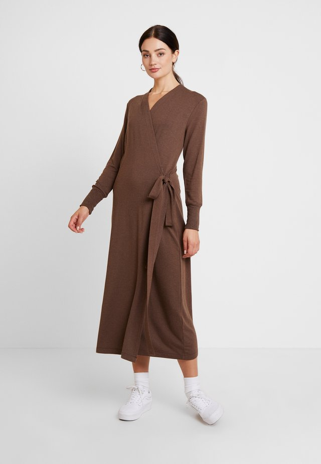 HUXIE WRAP DRESS - Korte jurk - major brown