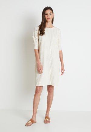 KYLIE DRESS - Pletené šaty - white swan